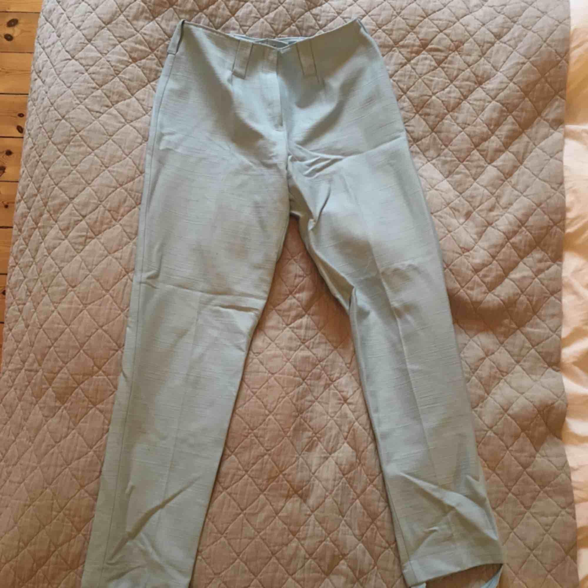 Såå fina ljusblå 60-tals byxor! Vintage, men knappt använda. Storlek 150, men sitter perfekt på mig som har xs! Använder sällan så behöver tyvärr sälja, men vill gärna att de ska komma till användning för de är verkligen otroligt fina. . Jeans & Byxor.
