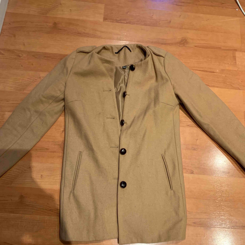 Såååå snygg kappa från Mango. Väl använd men i fint skick! Perfekt för kallare vår dagar, sen sommar & en bit in på hösten. Stilren.. Jackor.