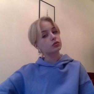 Otroligt skön croppad hoodie från Weekday förra året! Endast använd vid ett fåtal tillfällen, så behöver ett nytt hem. Så fin blålila färg!