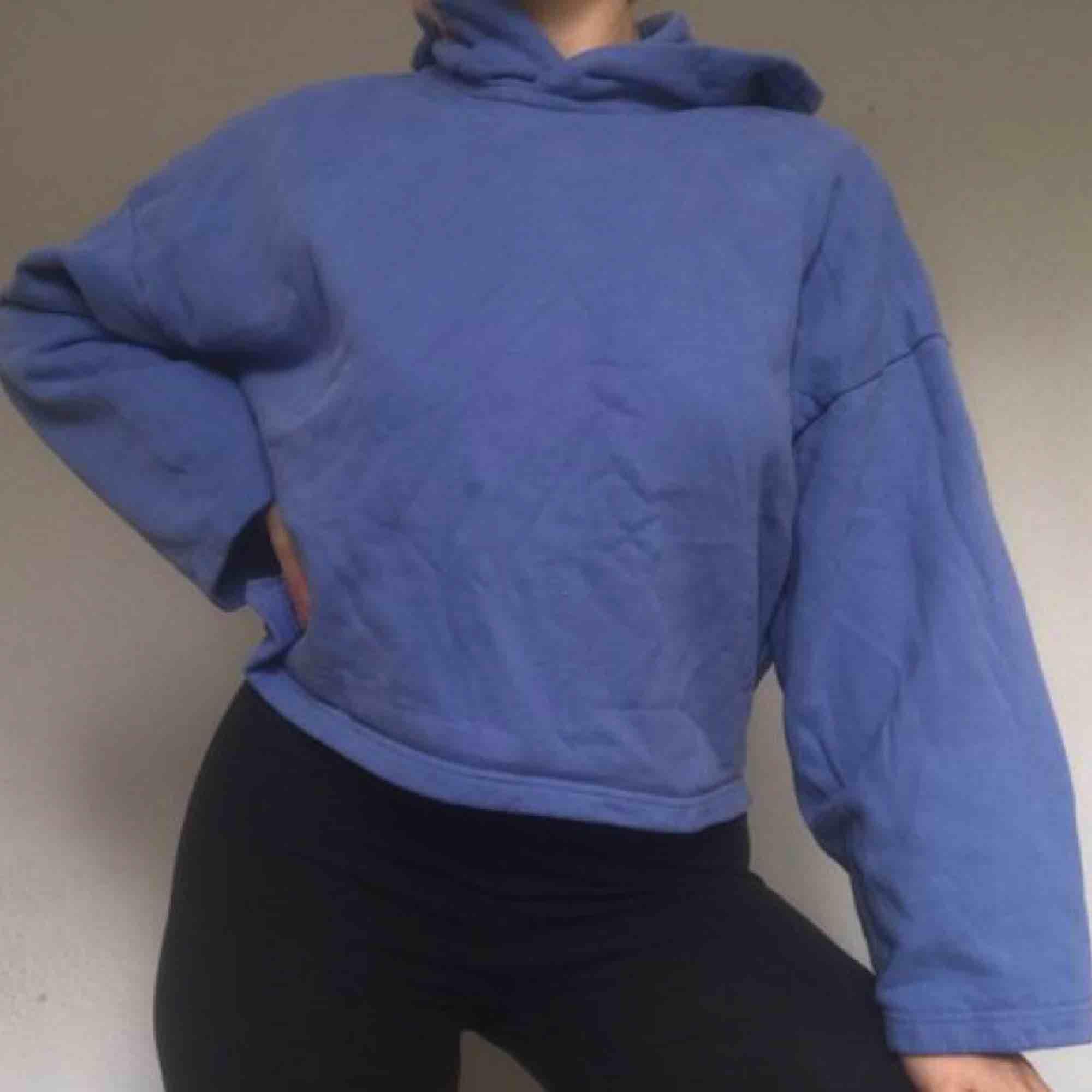 Otroligt skön croppad hoodie från Weekday förra året! Endast använd vid ett fåtal tillfällen, så behöver ett nytt hem. Så fin blålila färg!. Huvtröjor & Träningströjor.