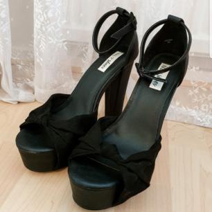 Svarta skor med hög klack. Endast använda vid två tillfällen. Storlek 38.