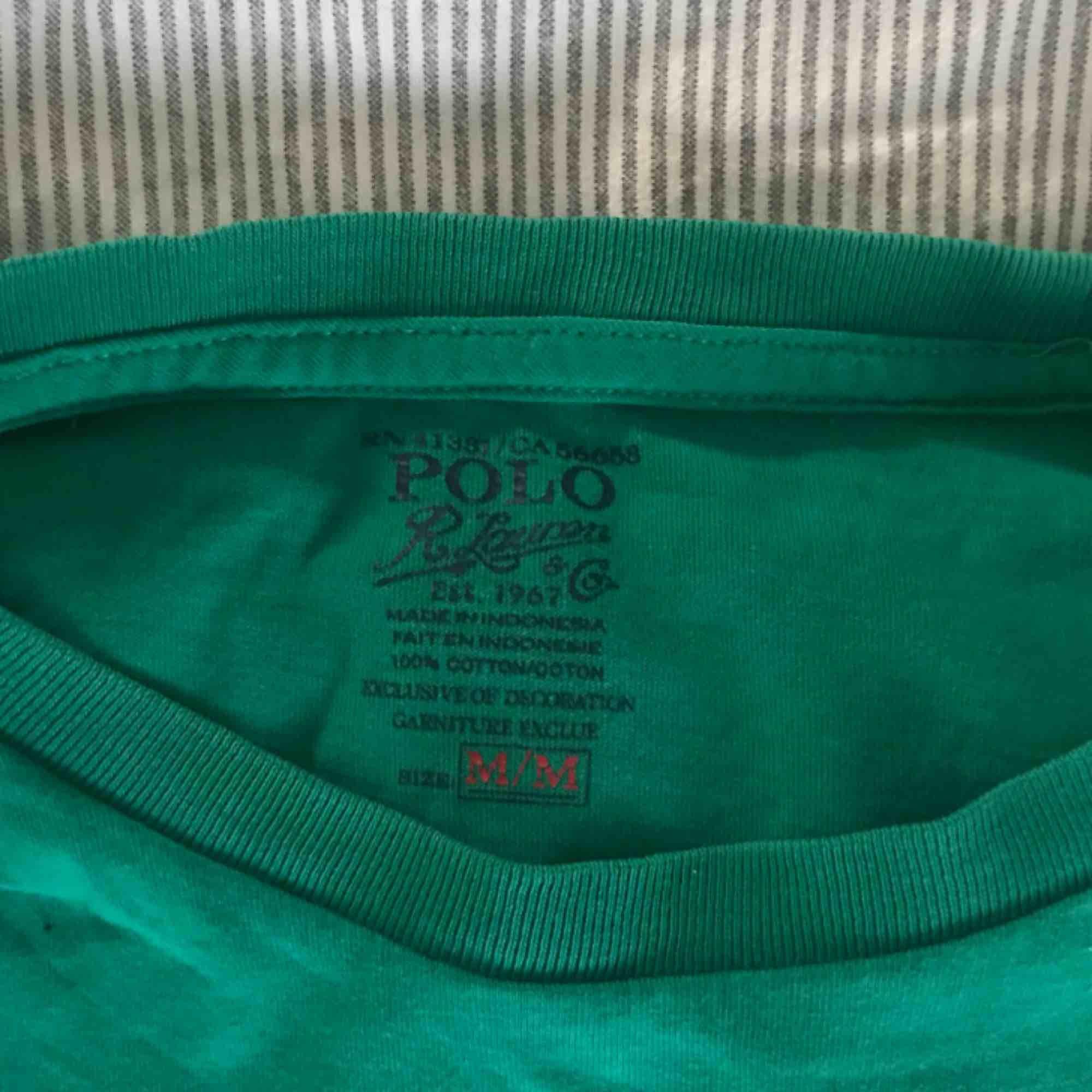 Herr tshirt men som funkar lika bra för dam. Storlek M. Den funkar bra oversize instoppad tex.🤩 bra skick, grön basic tshirt men med gul Ralph lauren logga!🥰 😉SÄLJER ÄVEN FLER LIKNANDE T-SHIRTS (bla en exakt lika med orange logga)😉 (självklart äkta). Toppar.
