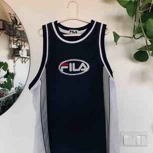 Snyggt basketlinne från Fila som jag använt som oversize topp/klänning då den är stor i storleken. Perfekt till sommaren, köparen står för frakt, har swish ✨