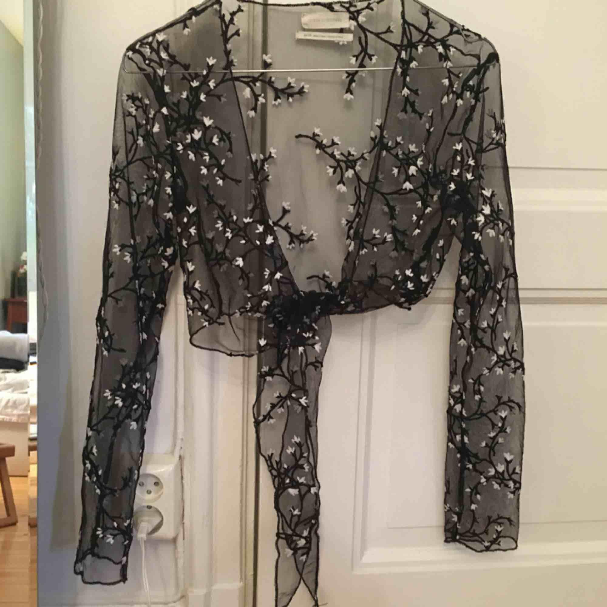 Otroligt vacker blus/bolero i mesh från Urban Outfitters förra året! Så fin till ett linne eller klänning och kan verkligen göra hela outfiten. . Blusar.