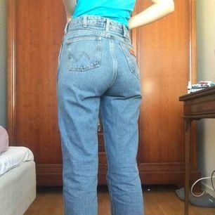 Världens bästa mom jeans från Wrangler! Endast använda ett fåtal gånger pga lite för stora på mig. Toppenkvalité, köpta för 1000kr. På mig som är 157cm blir de hellånga, annars är de lite croppade.