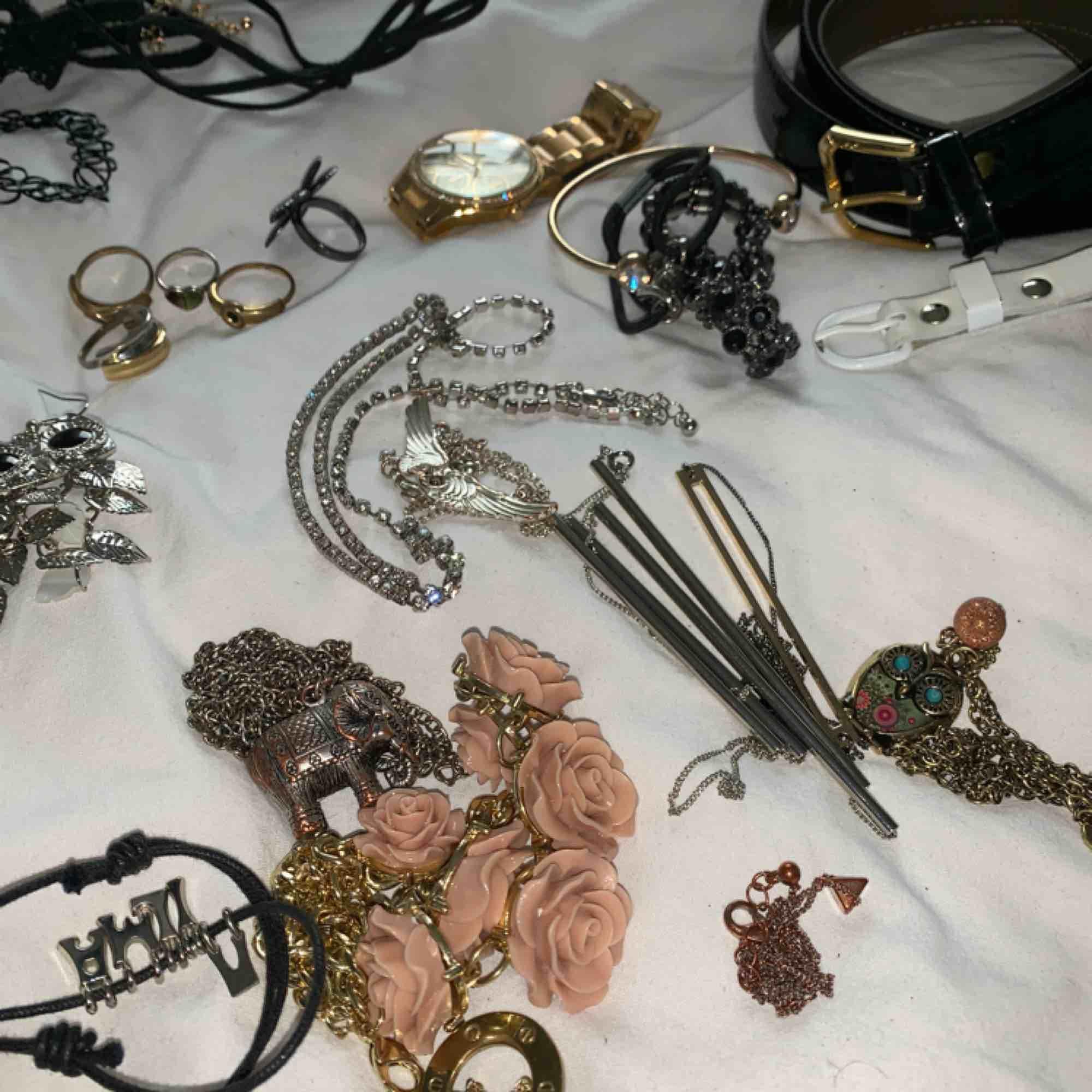 Massa smycken! Säljer allt för 75kr 4 chokers, 20 par örhängen, 5 ringar, 11 halsband, 3 armband, en klocka och två bälten. De mesta är köpt på glitter och hm. Vissa second hand och några är märkes smycken så som desigual. . Accessoarer.
