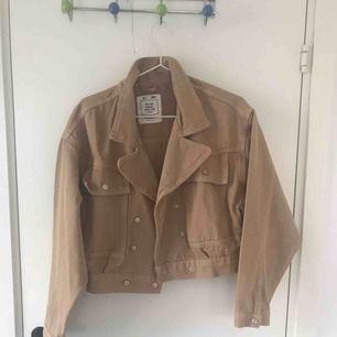 Beige jeansjacka från pull and bear. Använd endast en gång. Original pris 400 kr. Kan mötas i Sthlm annars är frakt 70 kr.
