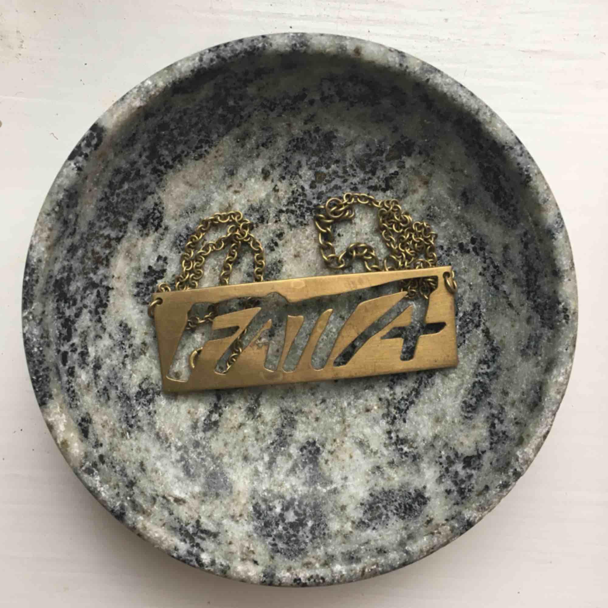 Världens bästa halsband från Fatta med ett viktigt budskap! Används tyvärr alldeles för sällan. . Accessoarer.