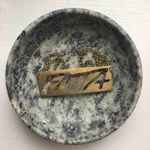 Världens bästa halsband från Fatta med ett viktigt budskap! Används tyvärr alldeles för sällan.