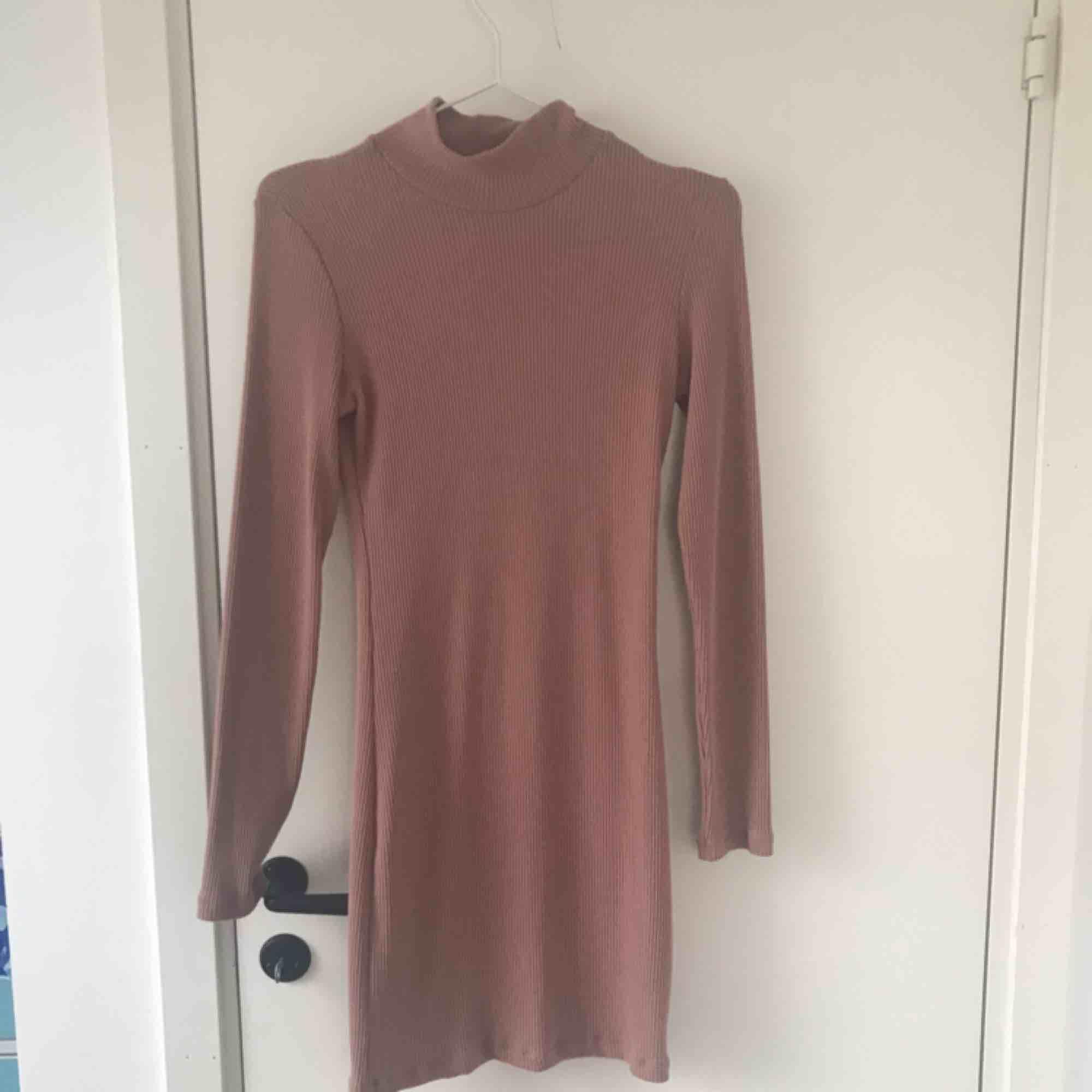 En rosa, strechig klänning från chiquelle. Aning polo. Går ungefär ner till knäna, jag är 176 cm lång. Använd endast en gång. Möts upp i Sthlm, annars ingår inte frakt i priset. . Klänningar.