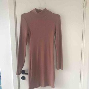 En rosa, strechig klänning från chiquelle. Aning polo. Går ungefär ner till knäna, jag är 176 cm lång. Använd endast en gång. Möts upp i Sthlm, annars ingår inte frakt i priset.
