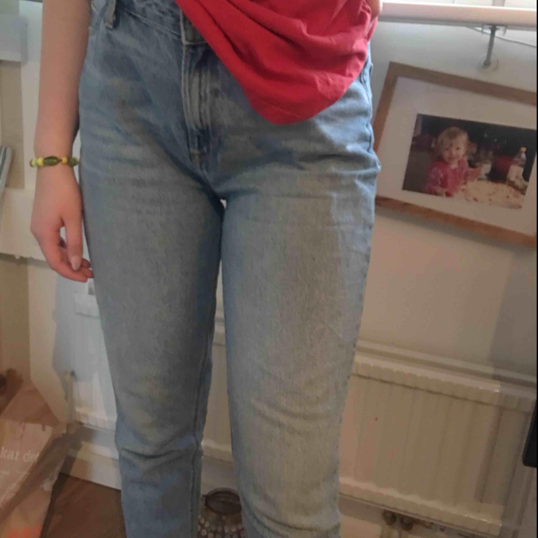 """Assss snygga och sköna ÄKTA lee mombyxor köpta för ungefär 1000kr på carlings❤️ passar M mest men skulle nog säga att de kanske passar L men sitter lite """"tajt"""" då. Frakt tillkommer på ungefär 70kr. Jeans & Byxor."""