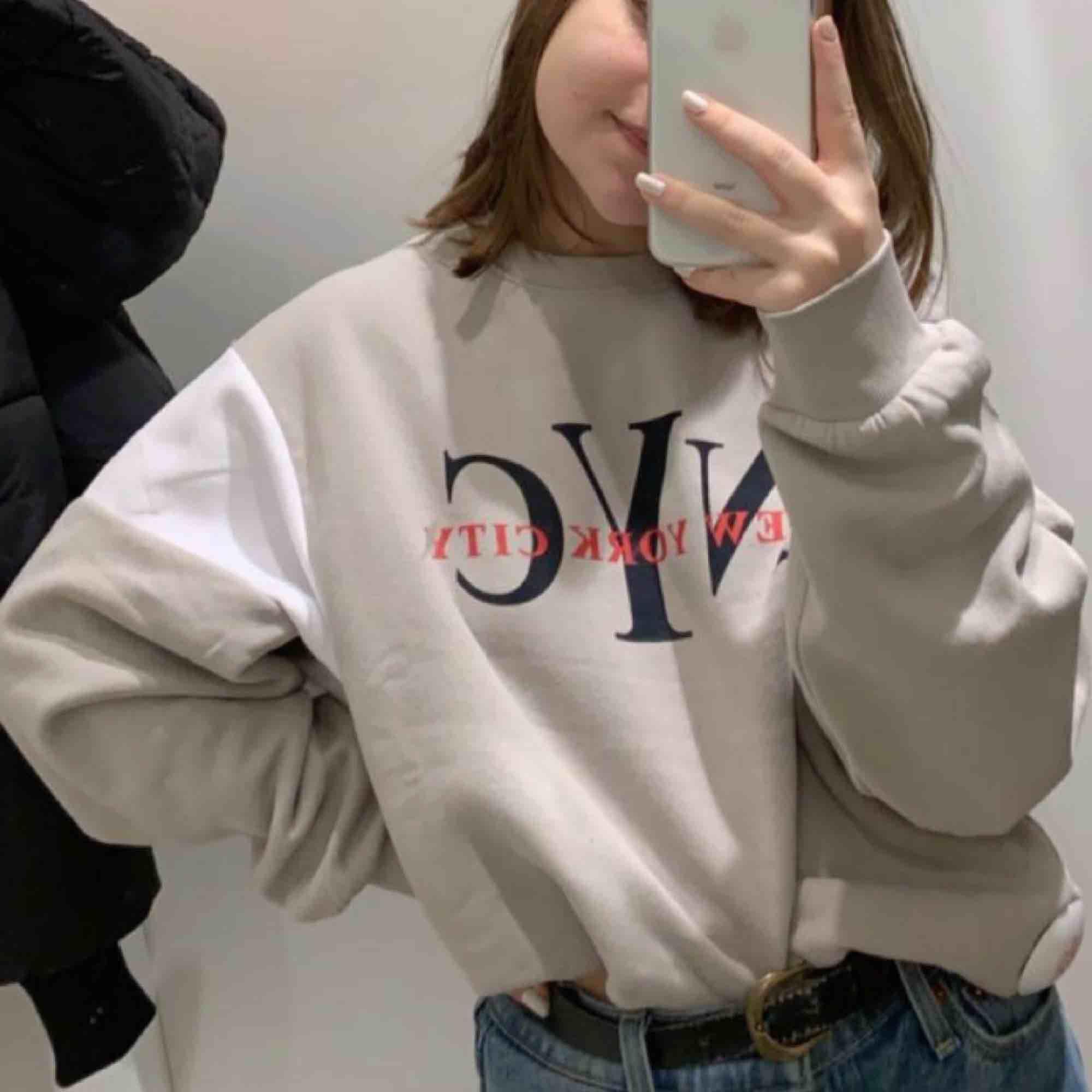 Jätte fin beige tröja från H&M! använd fåtal gånger. Oversized i storleken så passar en XS-M beroende på hur man vill att den ska sitta. Köpare står för frakt ✨. Huvtröjor & Träningströjor.