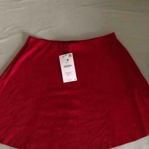 Oanvänd Röd mockakjol köpt från Bershka i somras. Kan mötas upp i Malmö/Lund, annars står köparen för frakt!