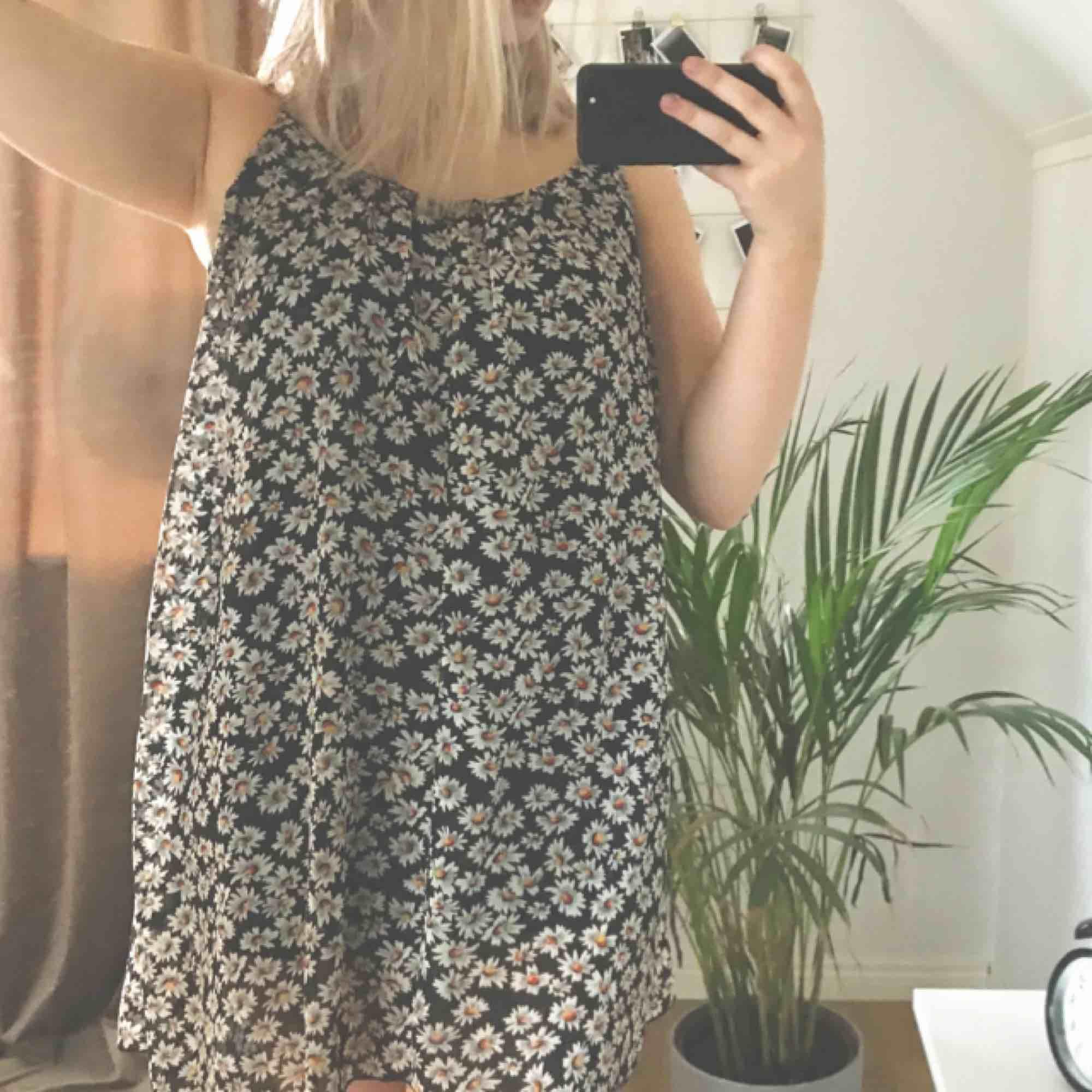 Super fin somrig klänning som passar till skolavslutningar, midsommar eller andra tillfällen bara. Köparen betalar frakt på 55kr och jag tar endast swish. Kan mötas upp i Örebro på vardagarna. . Klänningar.