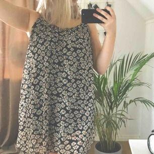 Super fin somrig klänning som passar till skolavslutningar, midsommar eller andra tillfällen bara. Köparen betalar frakt på 55kr och jag tar endast swish. Kan mötas upp i Örebro på vardagarna.