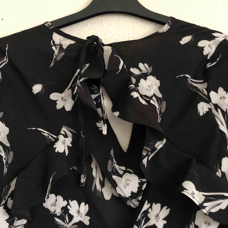 Oanvänd svart mönstrad klänning med jättefin rygg. Materialet är av en svalare variant vilket gör det perfekt till sommaren. Kan mötas upp i Malmö/Lund, annars står köparen för frakt! . Klänningar.