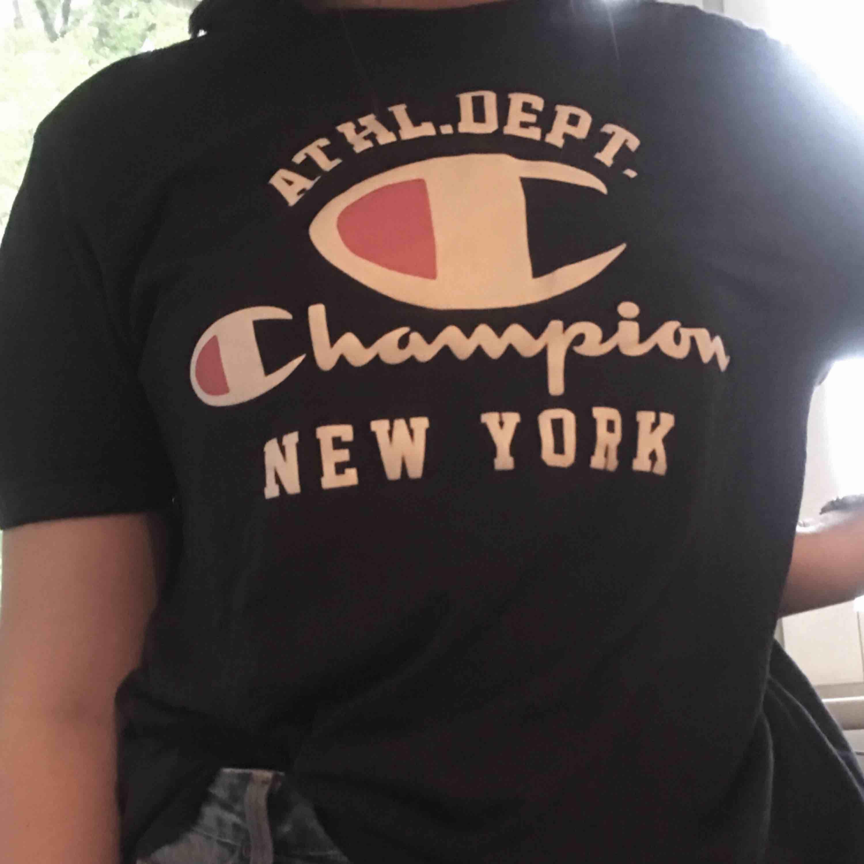 Fina mörkblå champion tröja i fint skicka, frakt tillkommer på 39kr. T-shirts.
