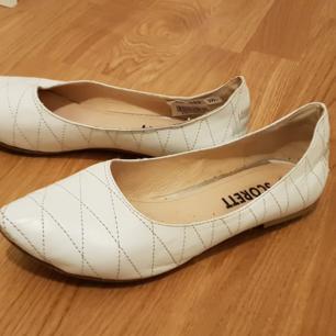 Vita ballerinaskor från Scorett. Perfekta för studenten!