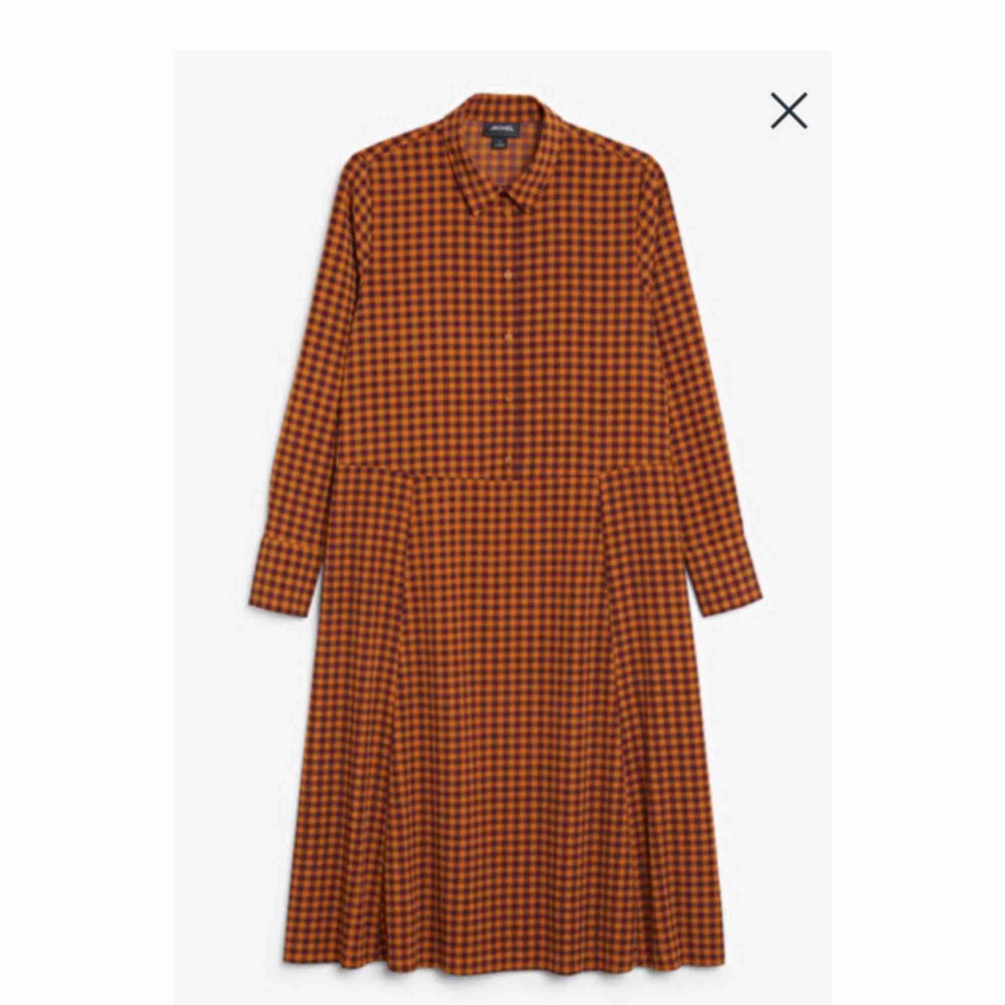 Skitsnygg klänning från Monki i toppkvalitet! Enda anledningen till varför jag säljer är för att den är lite stor. Så tråkigt då jag verkligen älskar den!  Priset är prutbart!. Klänningar.