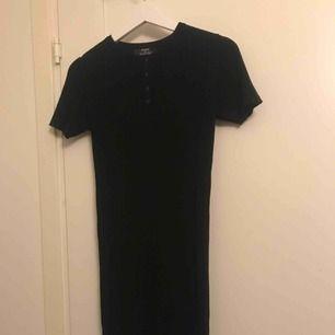 Svart klänning som säljs pga fel storlek, aldrig använd. Mycket skön och stretchiga. Går ner till knäna typ.