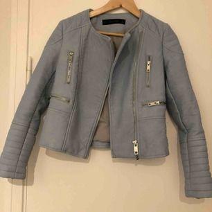 Ljusblå Jacka i bikermidell från Zara med silverdetaljer. Material: Skinnimmitation. Obs! Lite trängre i armarna.