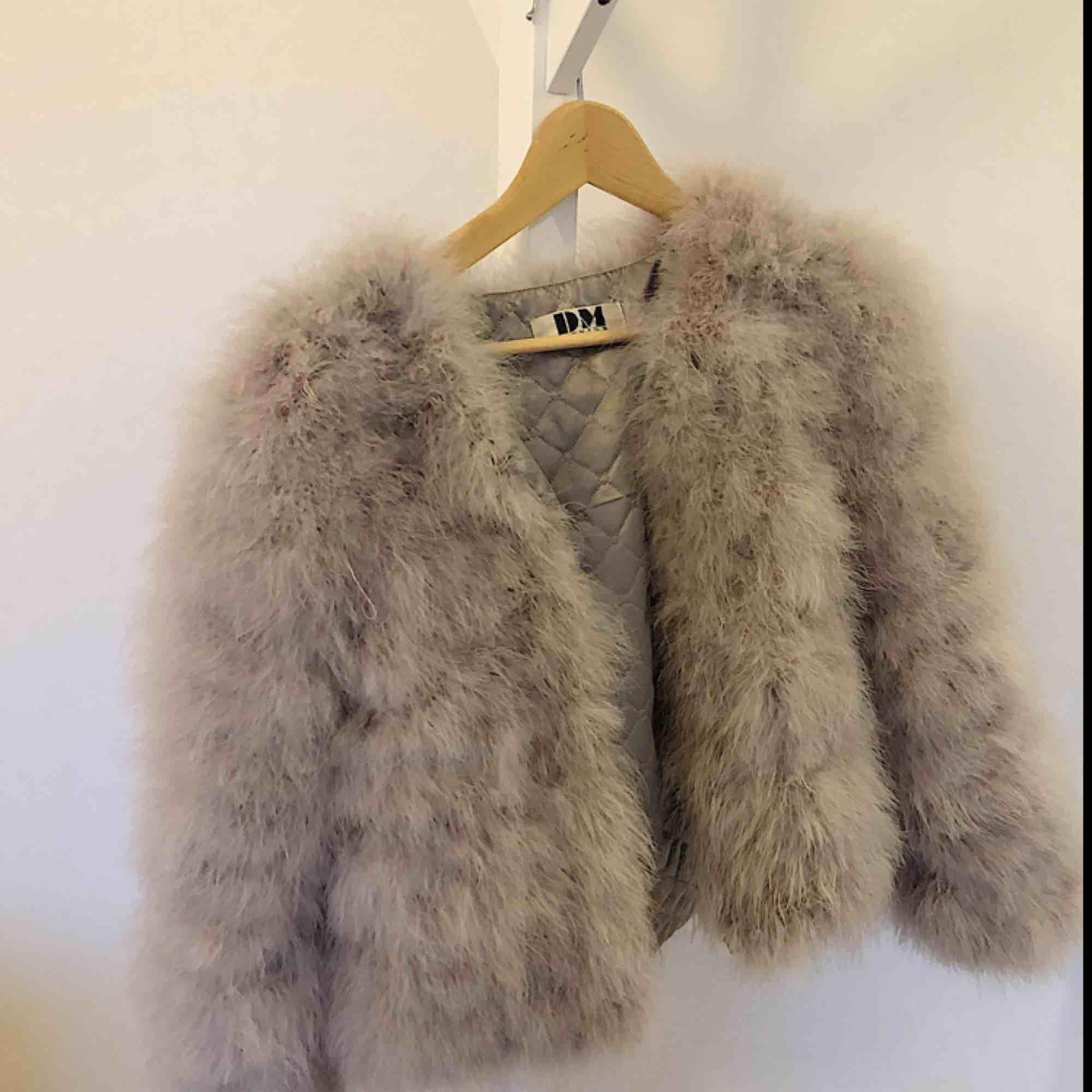 Säljer nu min dream jacket i färgen Ice i från DM retro då det inte är min still längre. Den är i storlek s/m och är köpt för 1300 kr tänkte sälja den för ca 300 men priset går att diskutera. Kan mötas upp i hela skåne, vid frakt inkluderas det i priset!. Jackor.