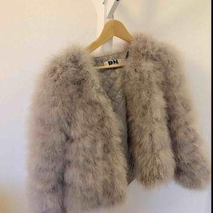 Säljer nu min dream jacket i färgen Ice i från DM retro då det inte är min still längre. Den är i storlek s/m och är köpt för 1300 kr tänkte sälja den för ca 300 men priset går att diskutera. Kan mötas upp i hela skåne, vid frakt inkluderas det i priset!