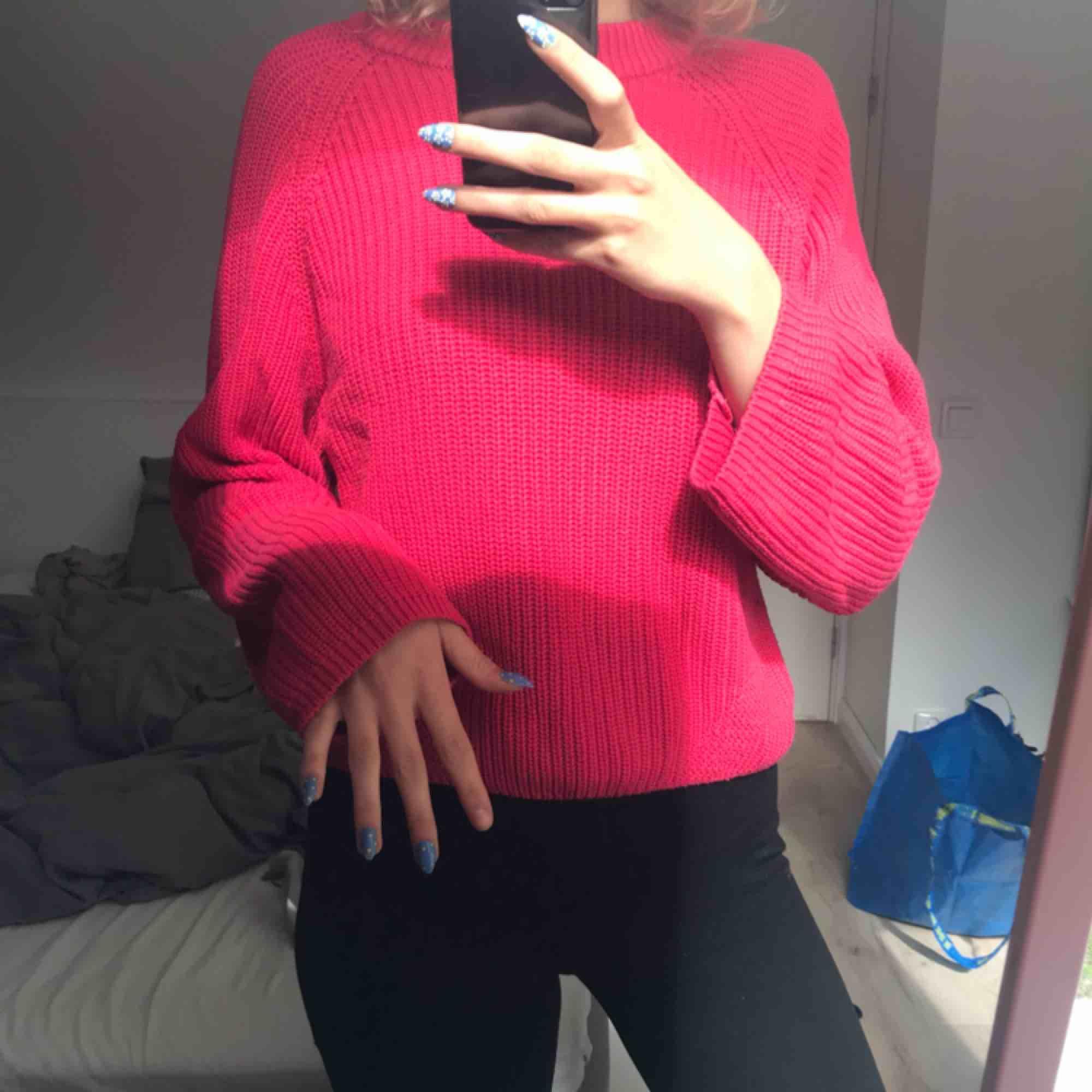 Bäldigt mysig stickad tröja i rosa/röd nyans!!! Säljer för 90kr (extra 20kr i frakt). Passar XS/S-L skulle jag säga beroende på hur man vill att den ska sitta.. Stickat.