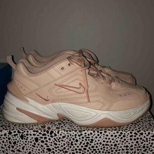 Nästintill oanvänd Nike tekno i rosa/beige färg! Storlek 40 och superbra skick, köpta för 1000🥰