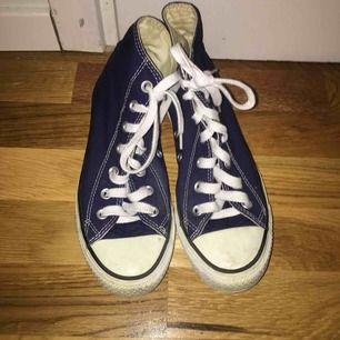 Detta är ett par helt vanliga Converse som är endast använda 2 gånger och storleken är 37 🙂. Kostnaden är 150 kr,säljer dessa fina skor pga de är för små.