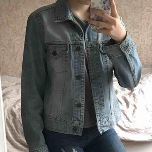 En jeansjacka från H&M i strl 36. Mycket fint skick. 80kr:)  Köpare står för ev. frakt