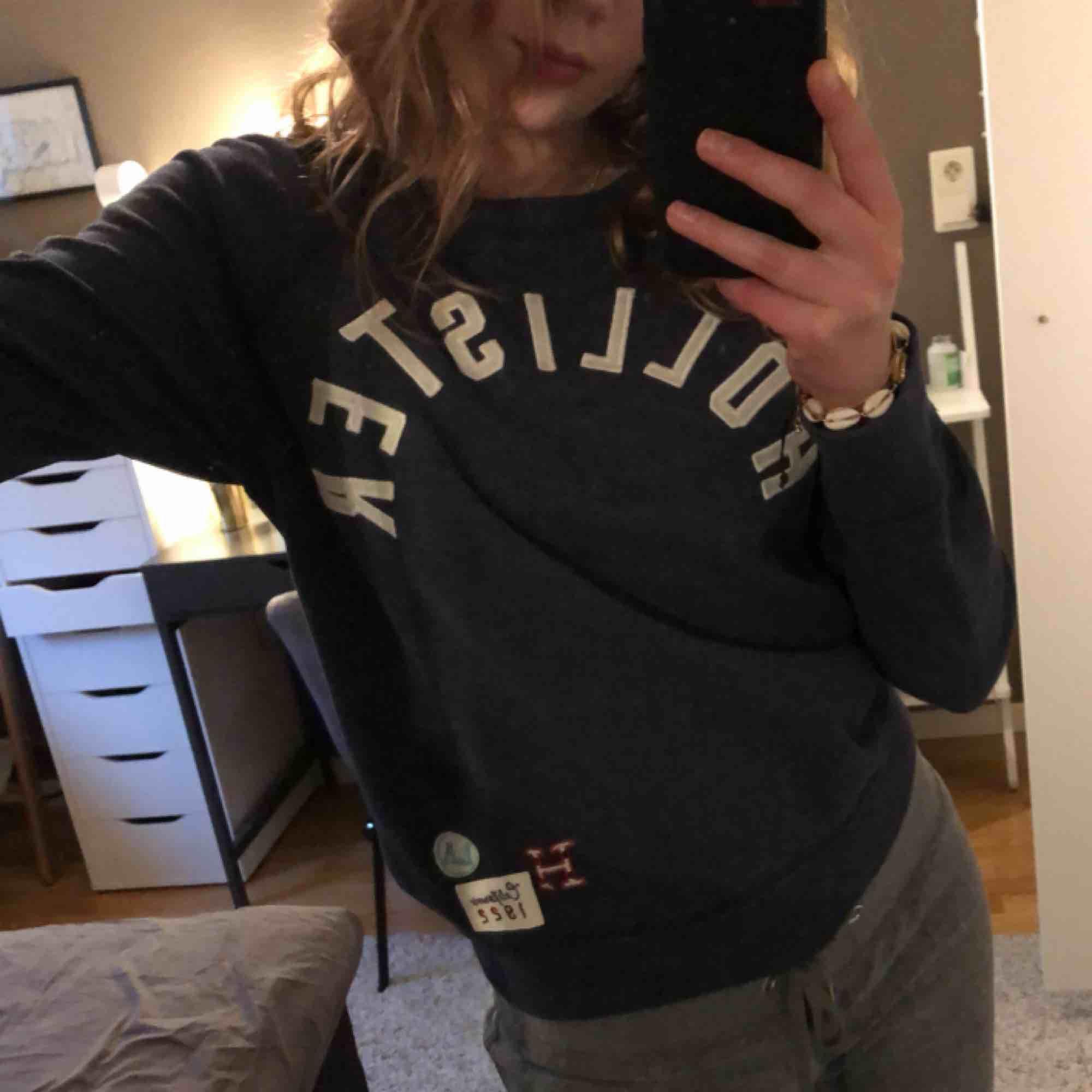 Sweatshirt ifrån hollister som tyvärr inte kommer till användning. Köpt i sommras (2018) men i bra skick. Frakt tillkommer 😊. Huvtröjor & Träningströjor.