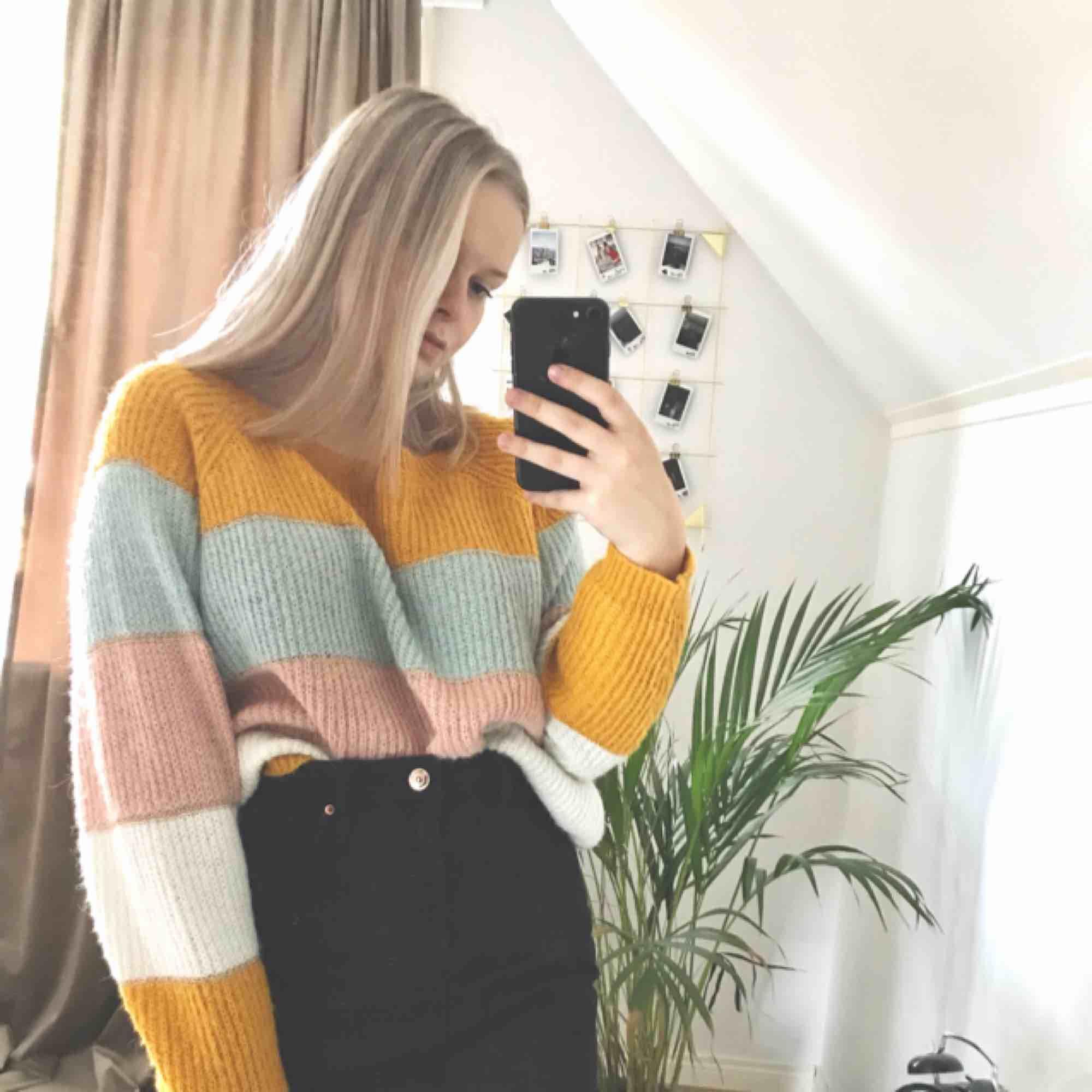 Super fin stickad tröja som funkar för både sommar och vinter. Tror det är storlek L men sitter bra på mig som är en S. Köparen betalar frakt på 55kr och tar endast swish . Stickat.