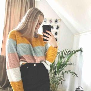 Super fin stickad tröja som funkar för både sommar och vinter. Tror det är storlek L men sitter bra på mig som är en S. Köparen betalar frakt på 55kr och tar endast swish