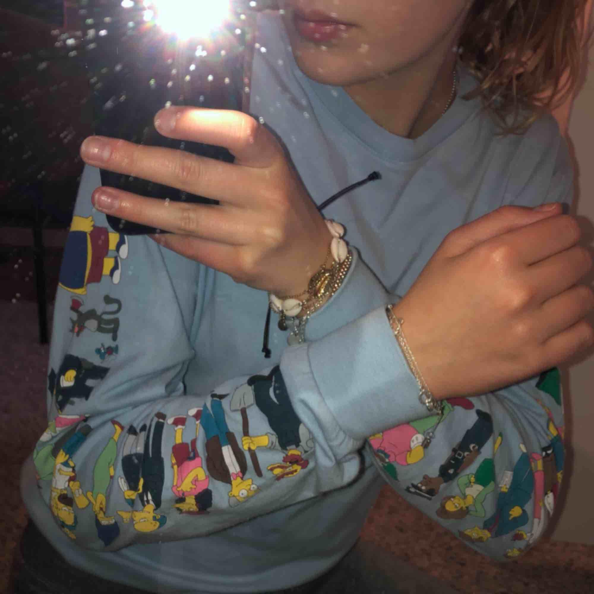 The Simpsons tröja från h&m. Storlek XS men sitter mer som en S då den är köpt på killavdelningen. Skönt material och i fint skick. Används tyvärr inte så mycket av mig... Hör av er kring fler bilder eller frågor. Tar swish 🥰. Huvtröjor & Träningströjor.