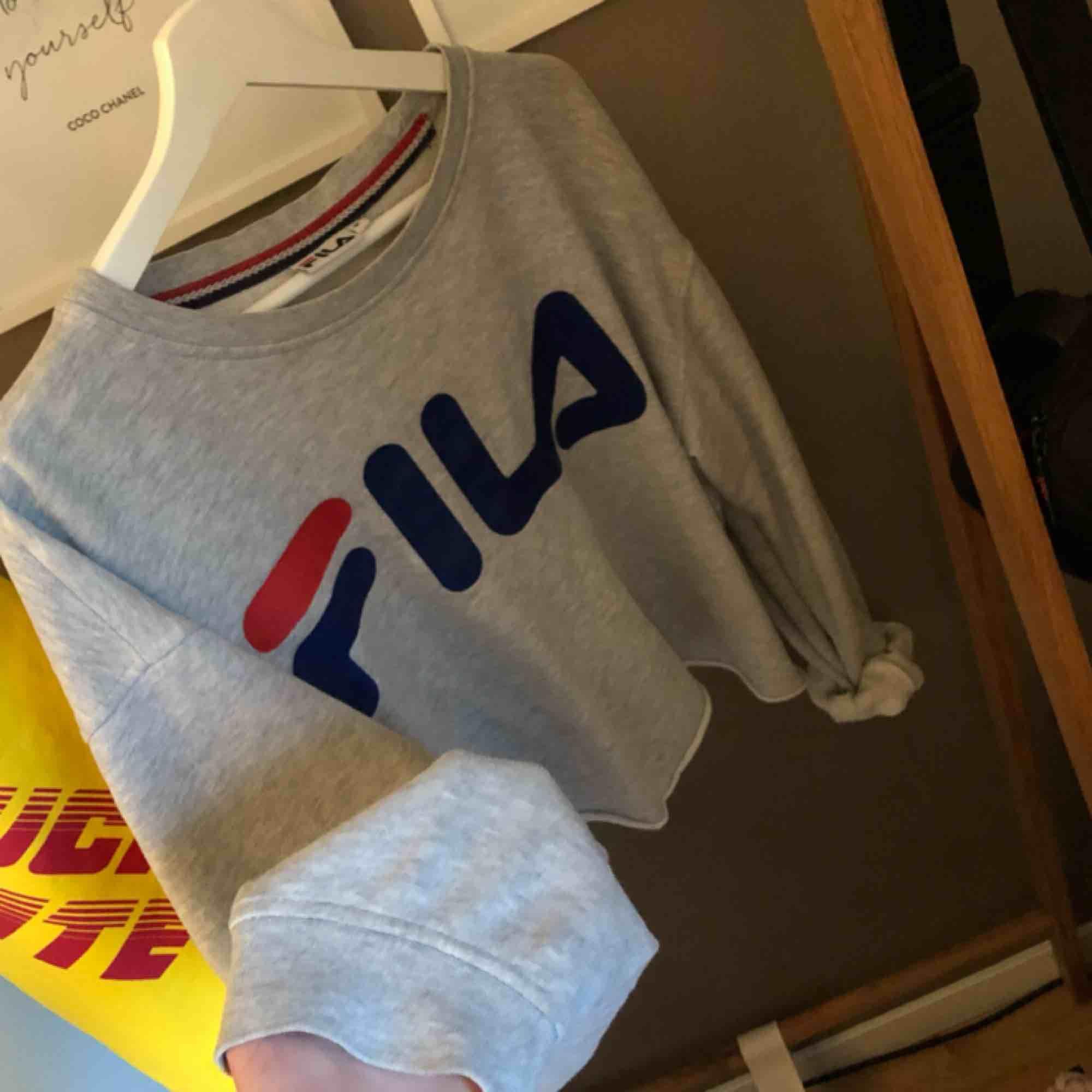 Fila sweatshirt i storlek medium men blir ju mindre eftersom att den är avklippt. Bra skick men endå använd. Hör gärna av er kring fler bilder eller frågor så svarar jag snabbt. Frakt tillkommer. ❤️. Huvtröjor & Träningströjor.