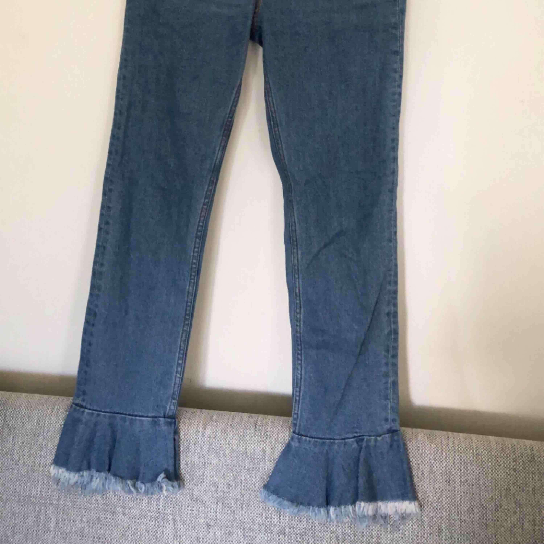Jeans med volang nedtill, aldrig använda. Möts upp i Stockholm annars står köparen för frakt 👍🏽. Jeans & Byxor.