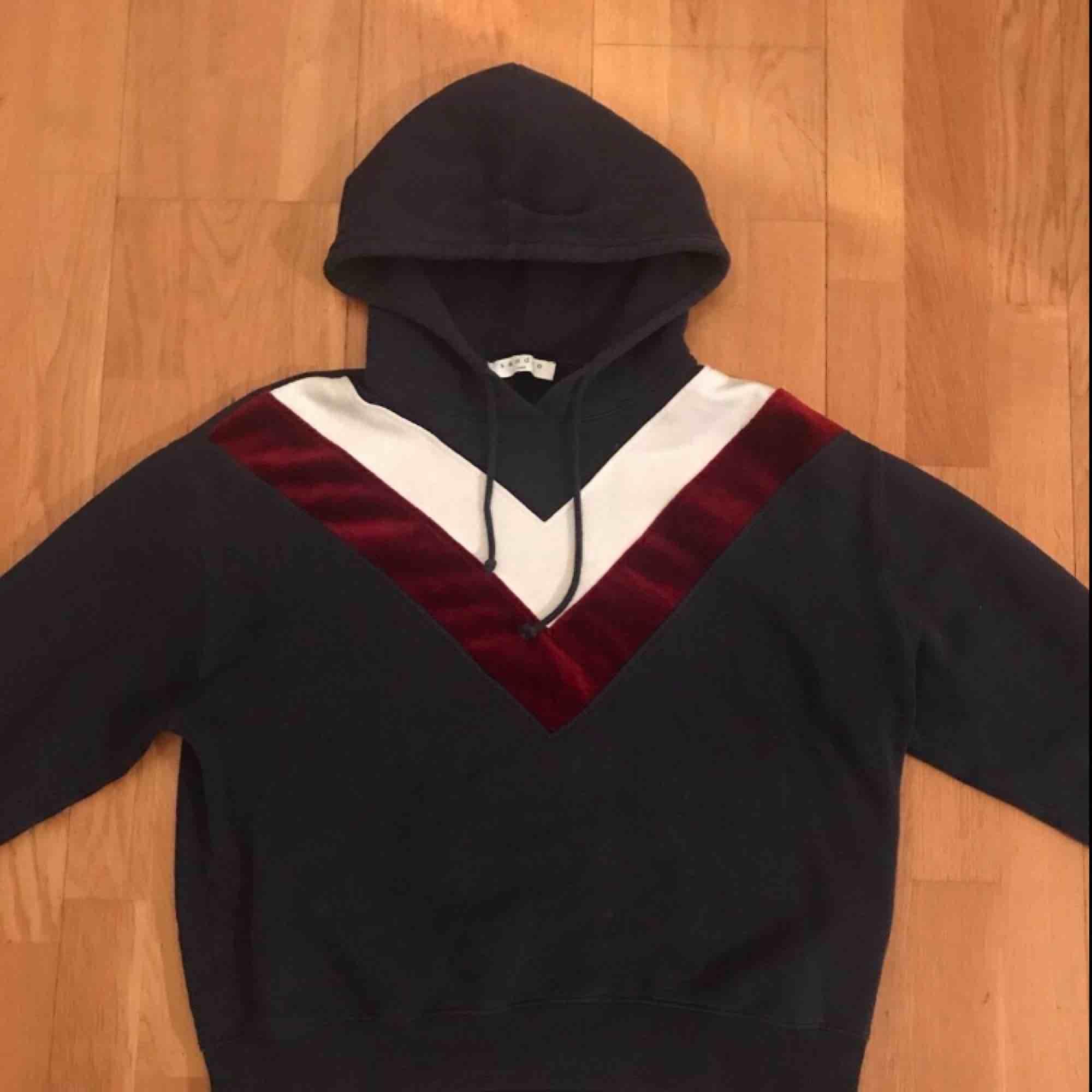 Sparsamt använd Sandro Hoodie. Finns ej tillgänglig i butik längre! Köpare står för eventuell frakt. Huvtröjor & Träningströjor.