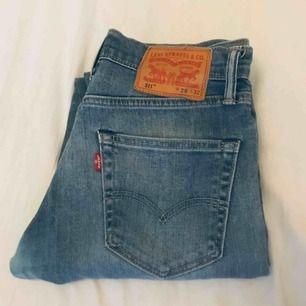 Levi Strauss & Co. 511, riktigt fint skick. Säljer på grund av att de är för små. 29 waist och 32 längd. Frakten ingår i priset!