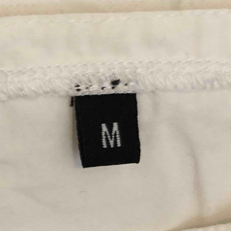 Jättegulligt linne, fint skick!🌼 använder inte pga för stor för mig:( pris och frakt kan diskuteras🧚♀️. Toppar.