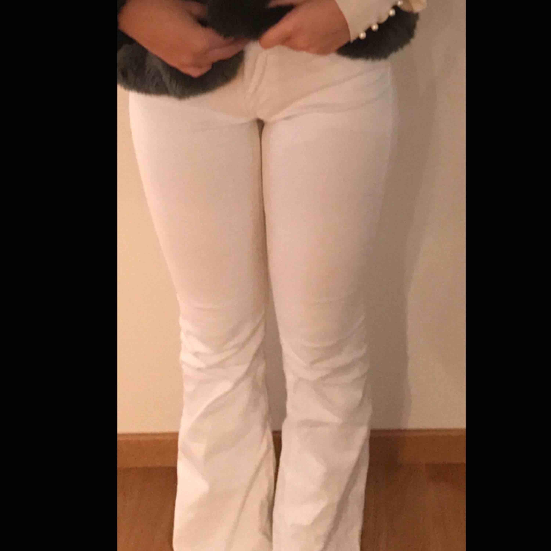 Vita bootcut jeans från Zara, köpta för 400. Jeans & Byxor.