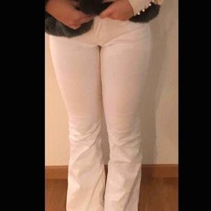 Vita bootcut jeans från Zara, köpta för 400