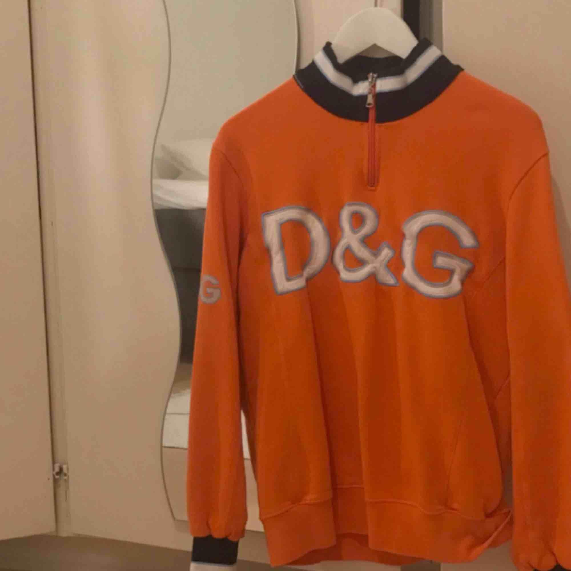 dolce & gabbana tröja från humana! köpt för 400, men har sen dess aldrig använts 😩 fraktar inte men möts upp i sthlm. Huvtröjor & Träningströjor.