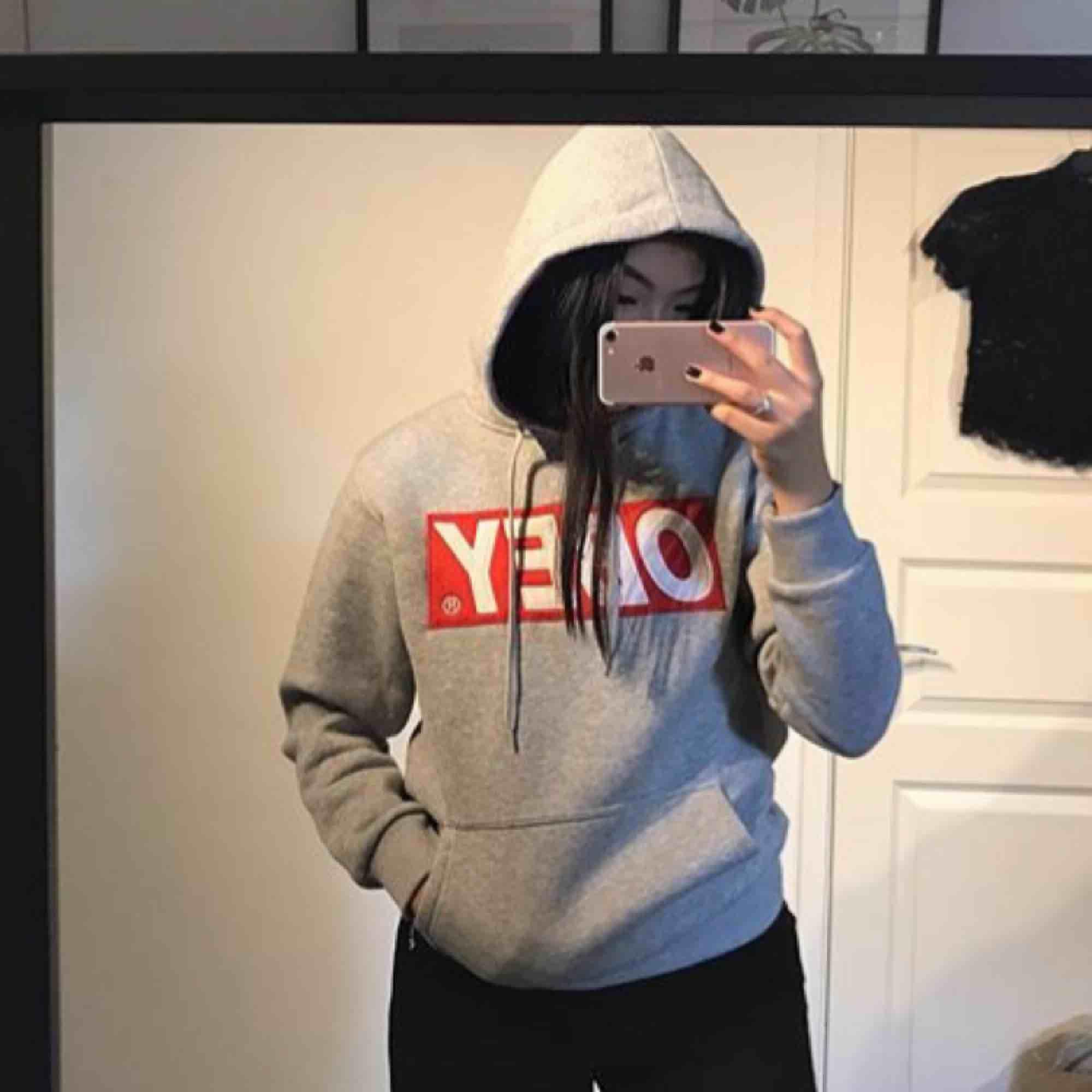 Obey hoodie stl S. Knappt använd. Supermysigt material innuti💗 Frakt tillkommer. Huvtröjor & Träningströjor.