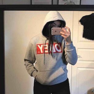 Obey hoodie stl S. Knappt använd. Supermysigt material innuti💗 Frakt tillkommer