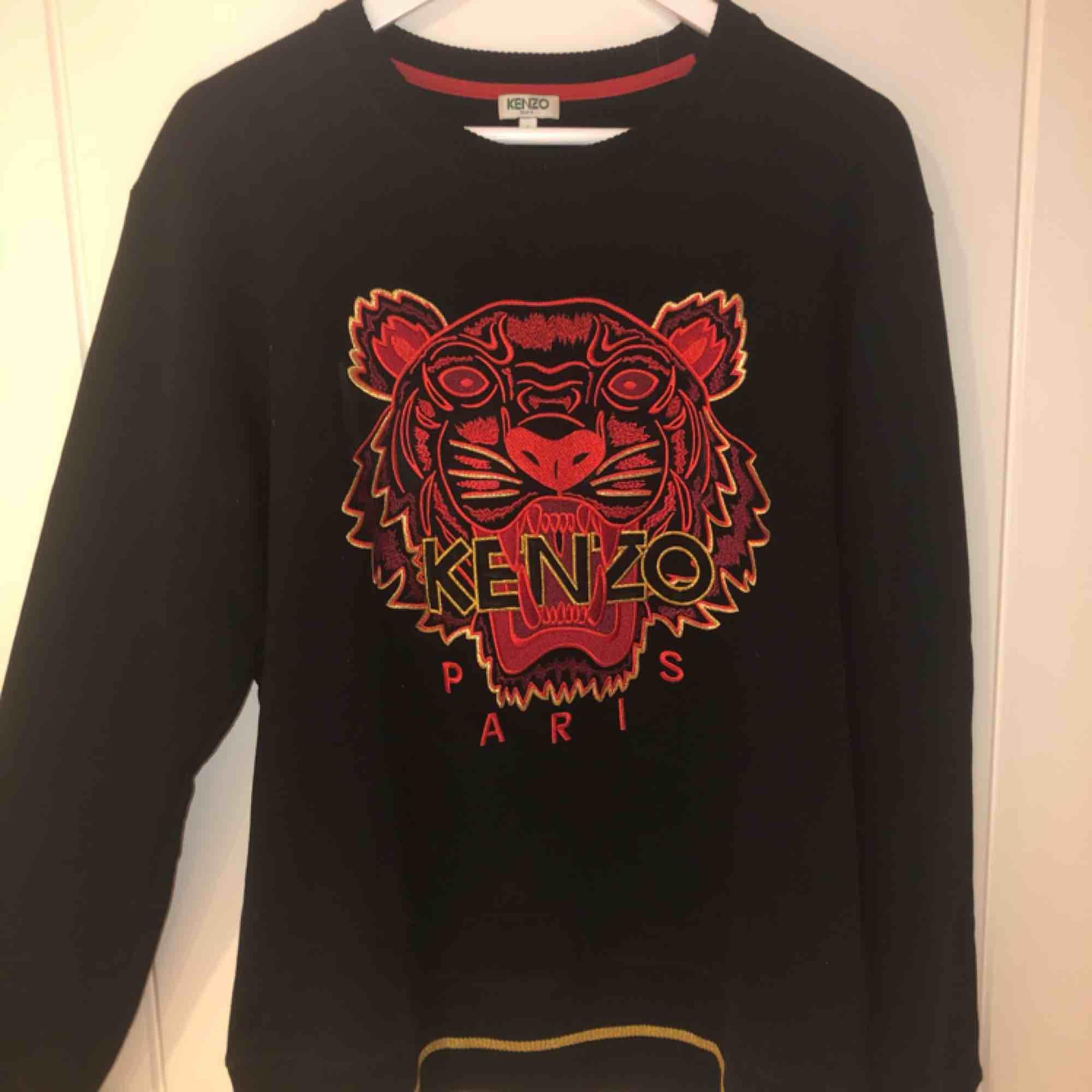 Äkta Kenzo tröja köpt på nätet från herr avdelningen. Använt ett fåtal gånger, är i ett fint begagnat skick. Priser kan diskuteras. . Huvtröjor & Träningströjor.