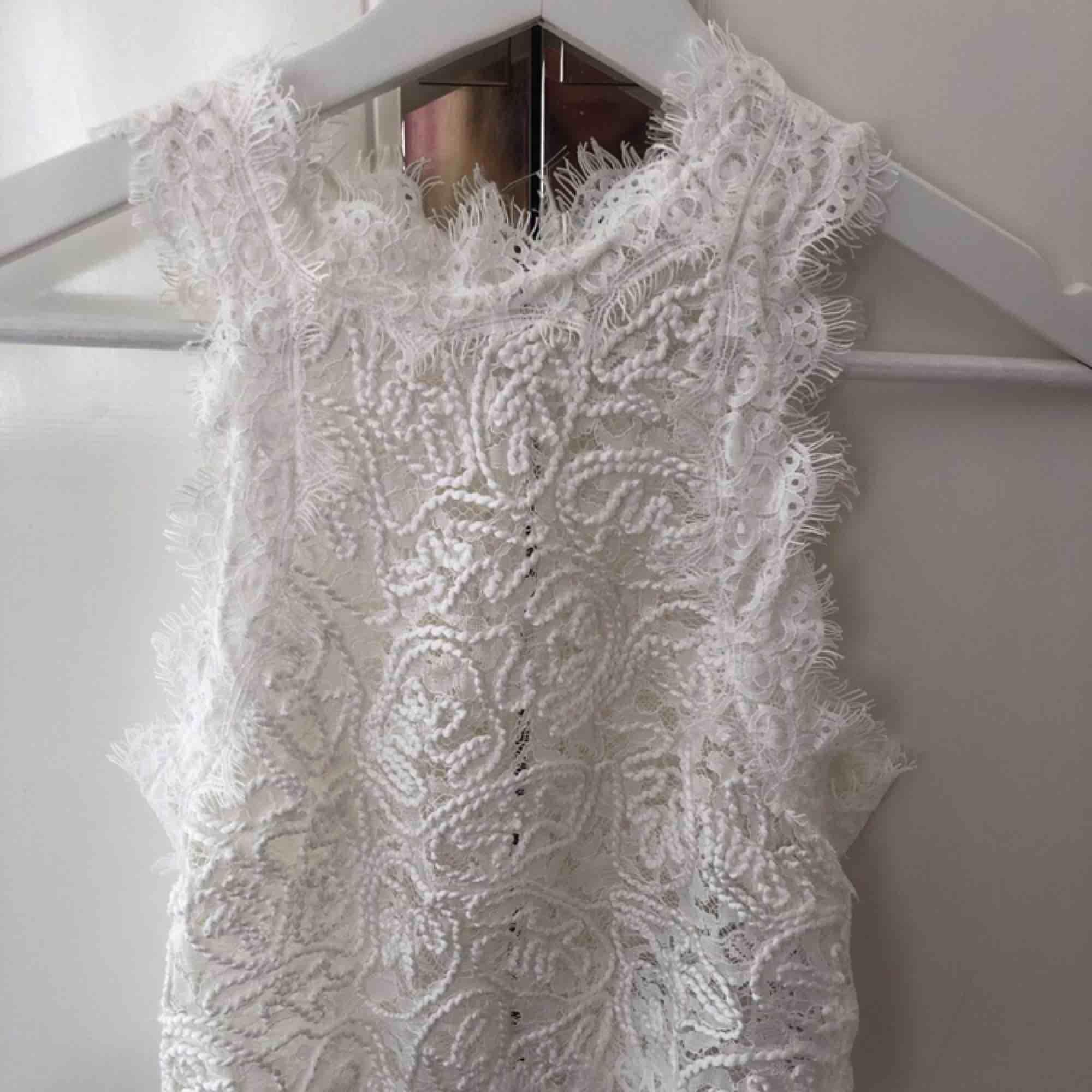 Vitt spets linne från Zara i storlek s, dragkedja där bak, väl använt men i fint skick, inga skador eller så. Toppar.
