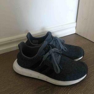 Mörkblå adidas skor, nytvättade och inte mycket slitningar.