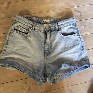 Ginatricot Perfect Jeans shorts i storlek 36. Mom jeans inspirerade. Använt dem svarta max 2 gånger o dem blåa max 5. Priset kan diskuteras om man vill köpa båda!🥰